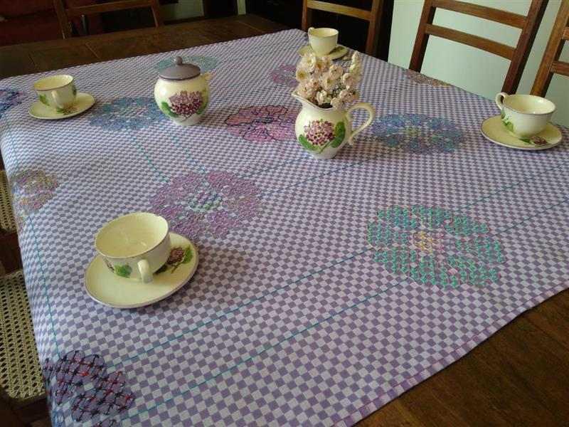 Toalha de mesa bordada lilas