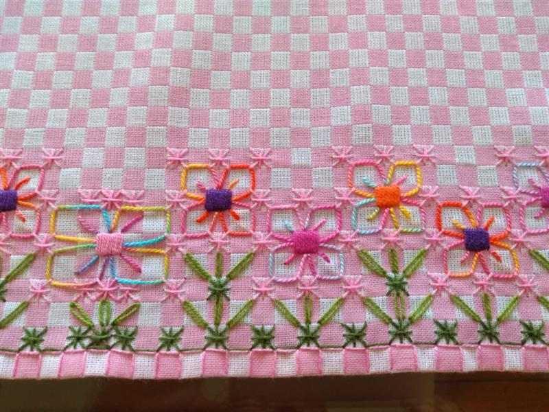 Bordado em tecido xadrez de flores