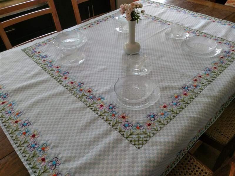 amostra de bordado em tecido xadrez