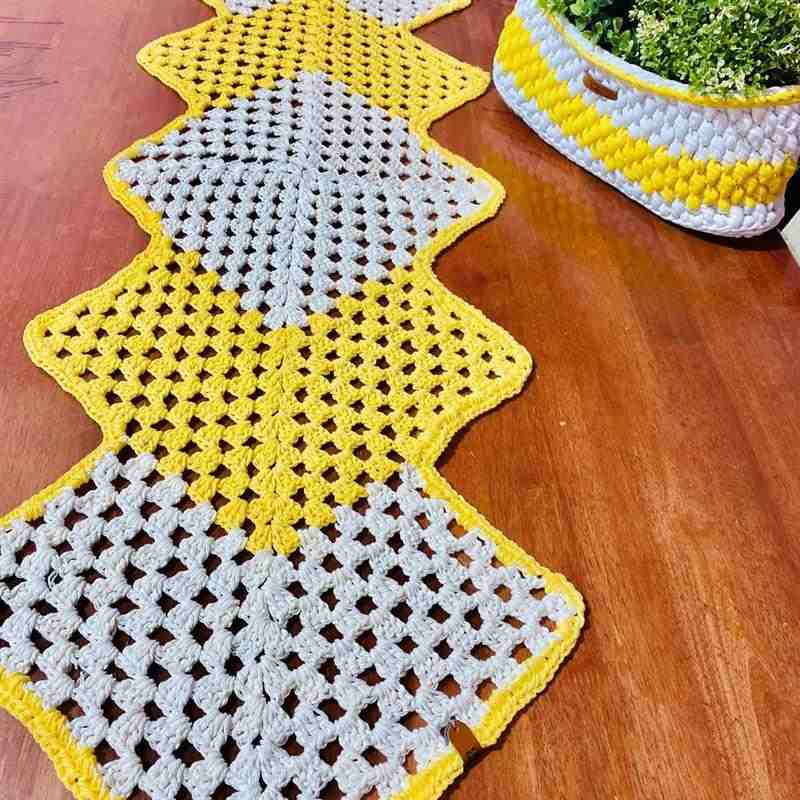 trilho de mesa em crochê amarelo e branco