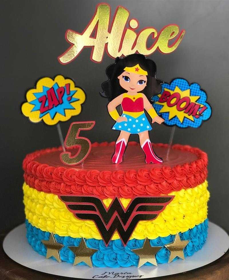 bolo mulher maravilha colorido