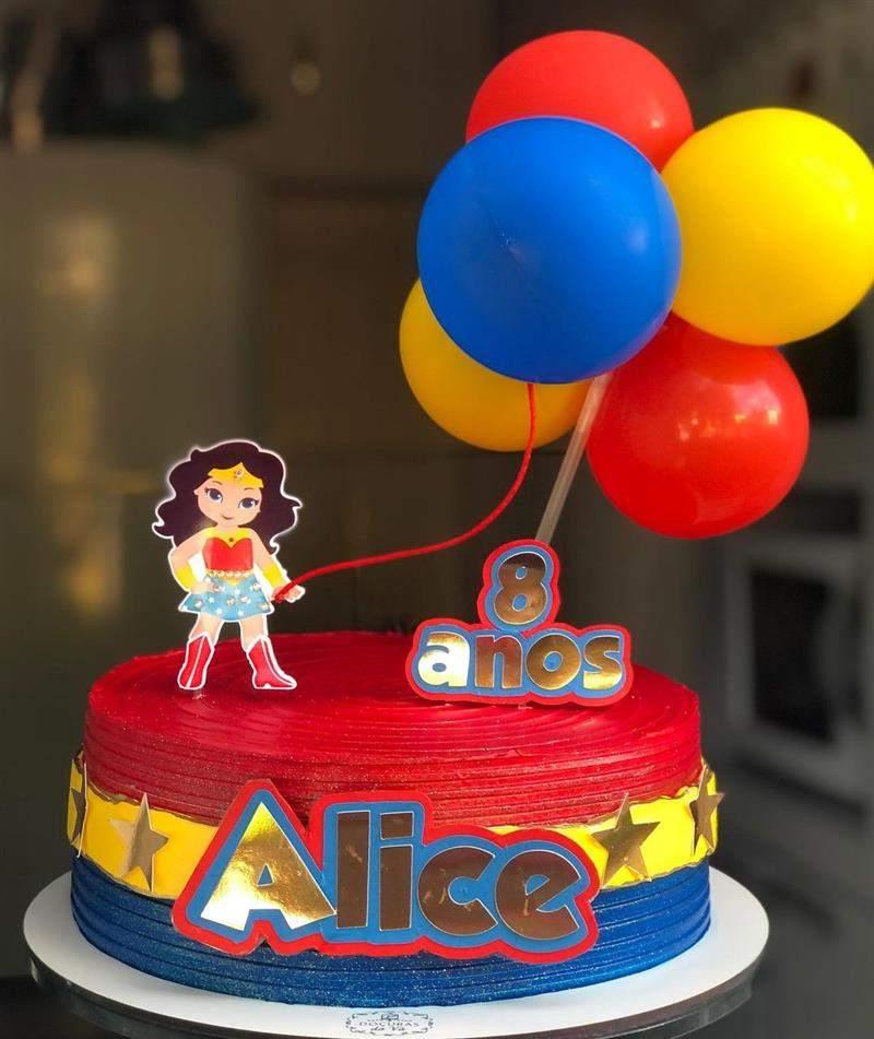 bolo mulher maravilha com baloes
