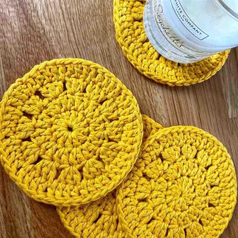 porta copo de crochê amarelo