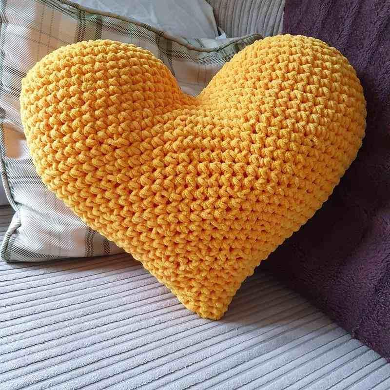Almofada coração amarelo