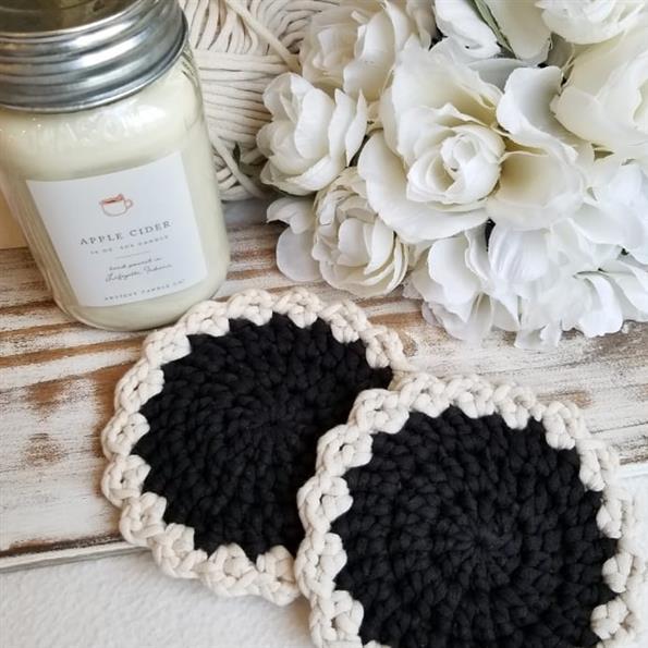 porta copo de croche preto e branco