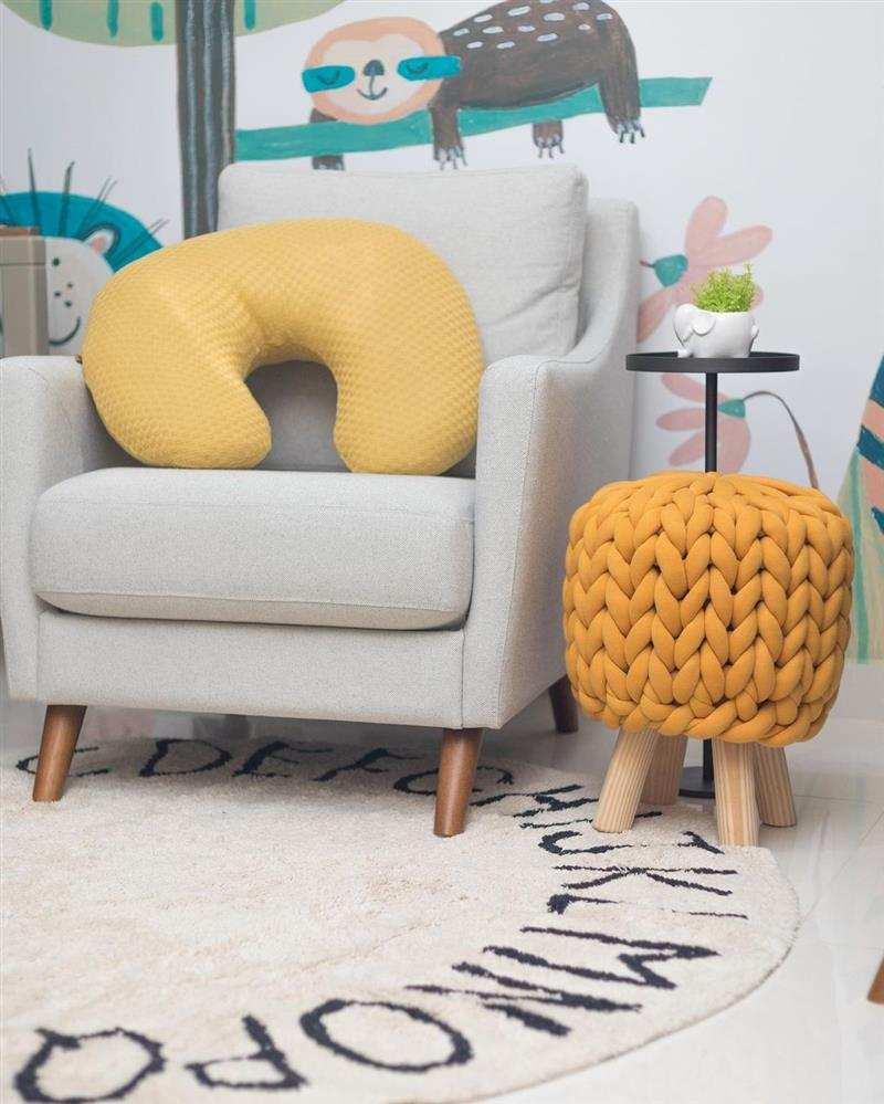 puff maxi tricot com pé de madeira