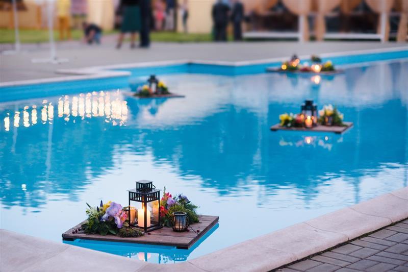 flores na piscina