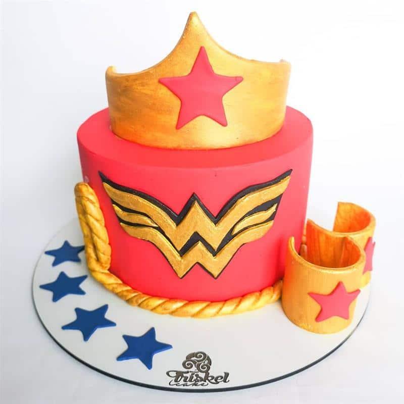 bolo mulher maravilha vermelho e dourado