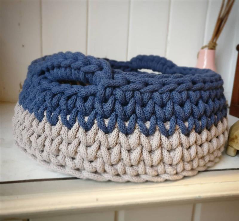cesto de croche azul e cinza