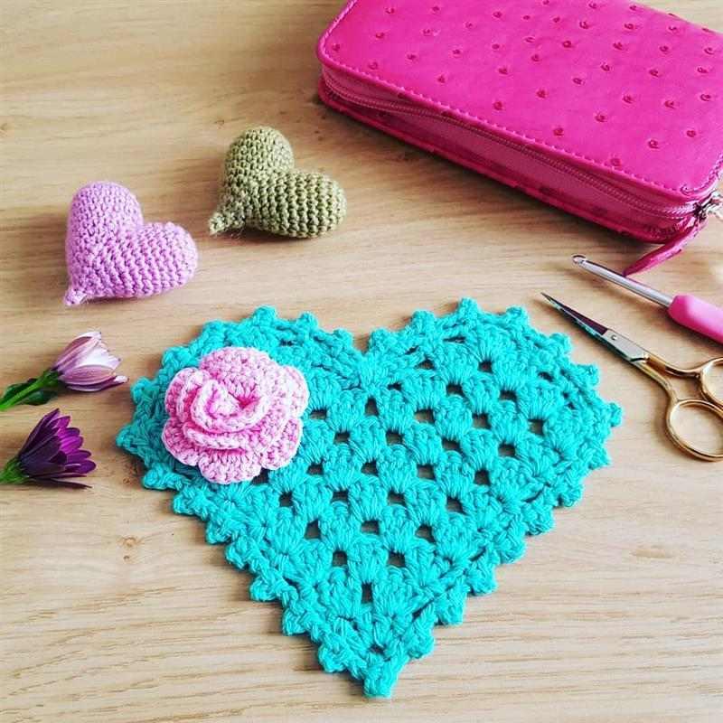 coração de croche com flor