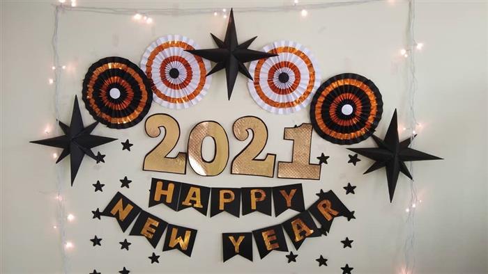 decoração de ano novo com flores de papel