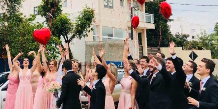 padrinhos de casamento comemorando