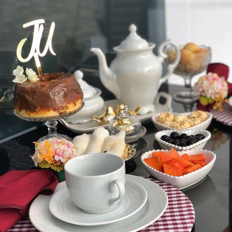 mesa de café da manhã de aniversário