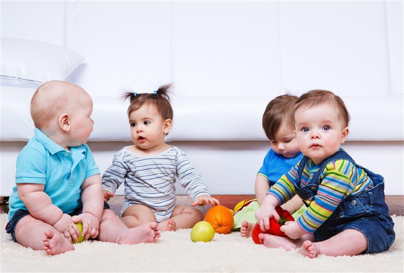 Brincar com outros bebês