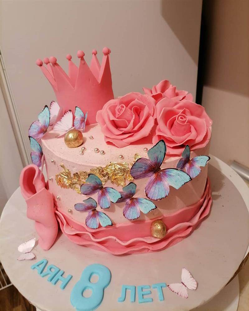 bolo de borboletas com coroa e rosas
