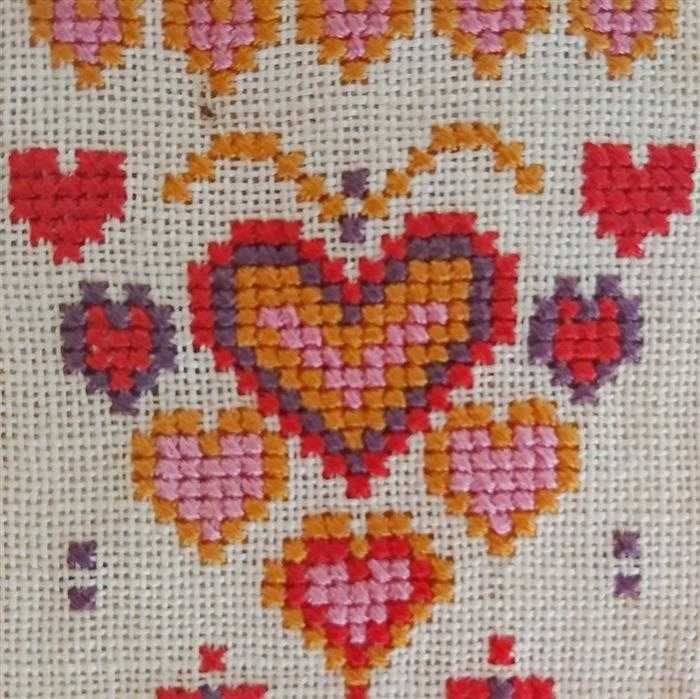 coração em ponto cruz colorido