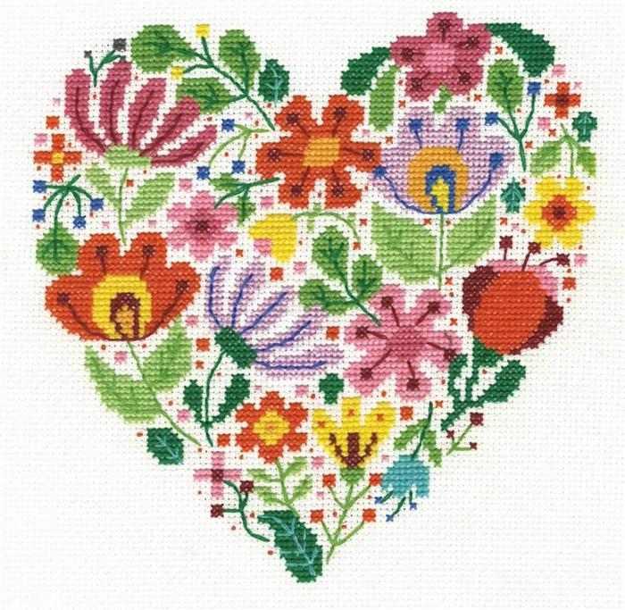 coração com flores em ponto cruz