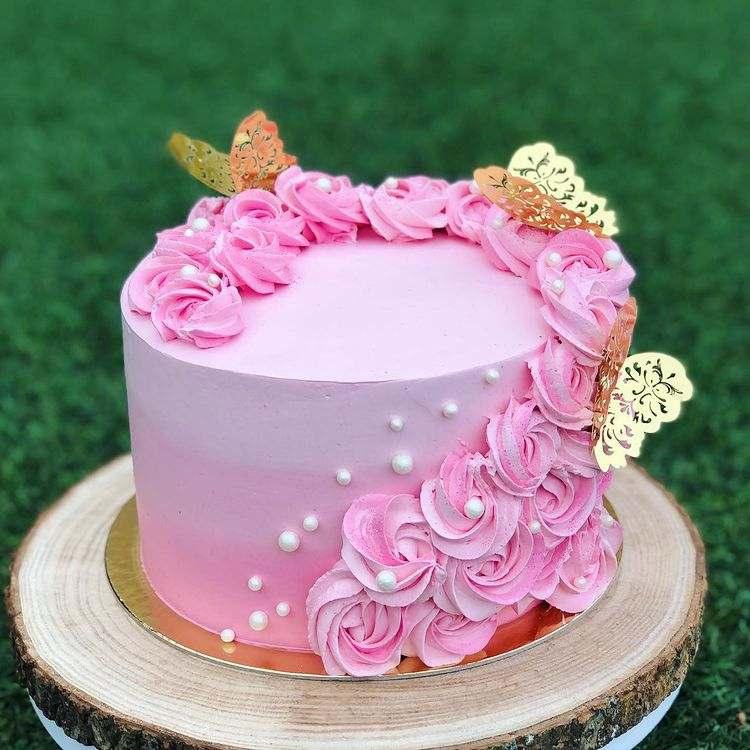rosa com borboletas douradas