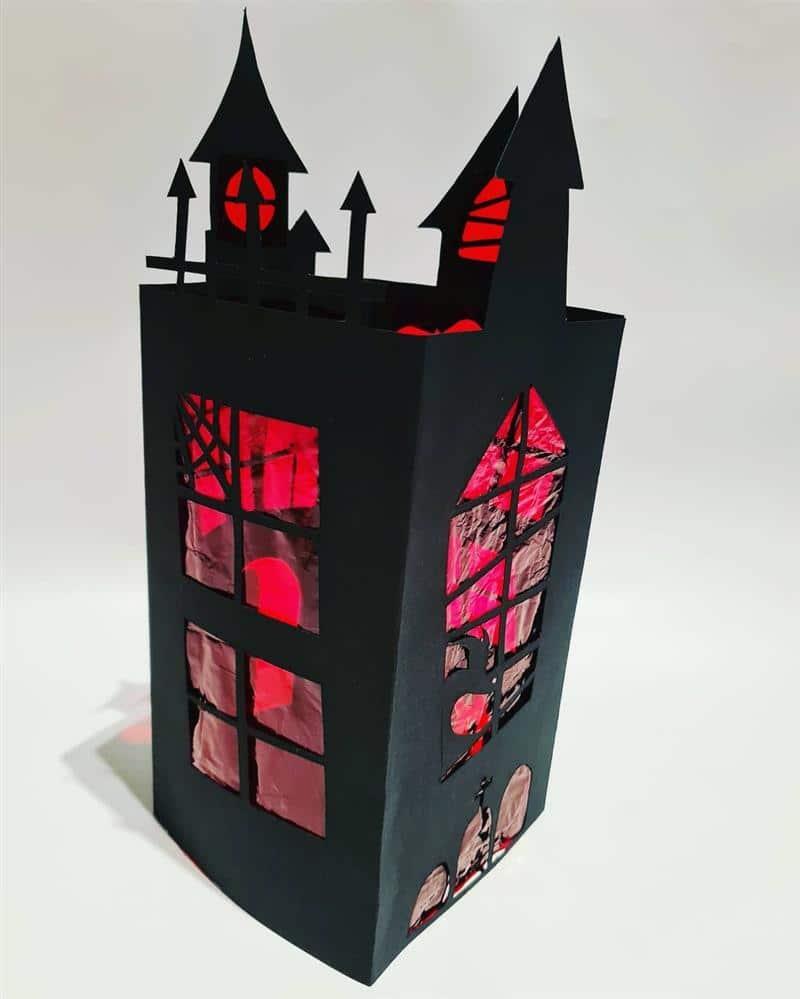 castelo do terror de papelão e celofane