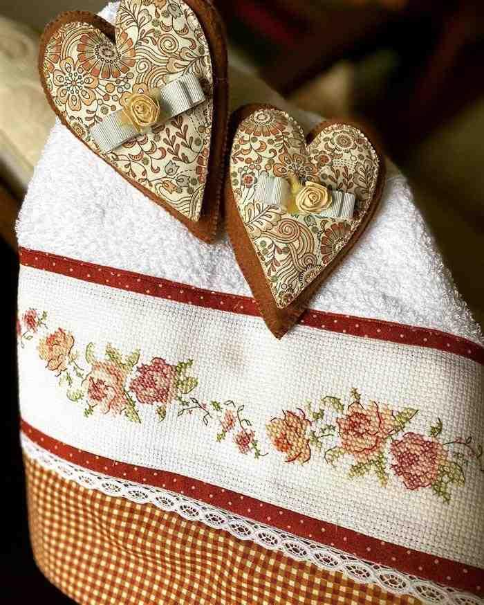 rosas bordadas em ponto cruz