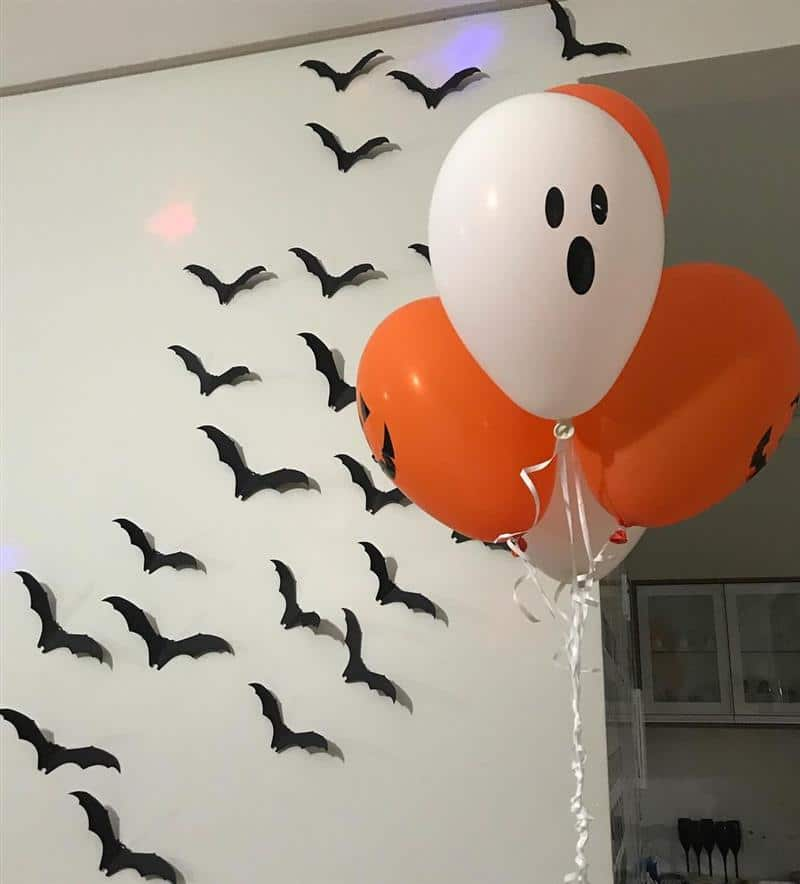 Balão de Halloween e morcegos de papel