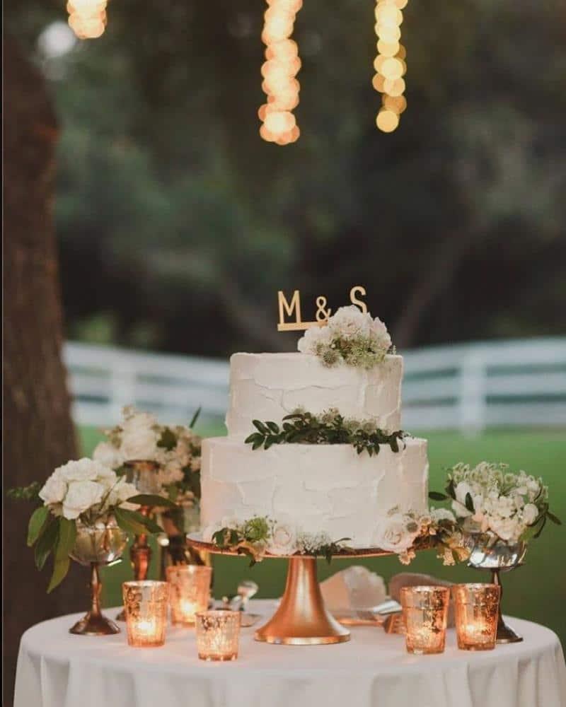 decoração simples da mesa do bolo