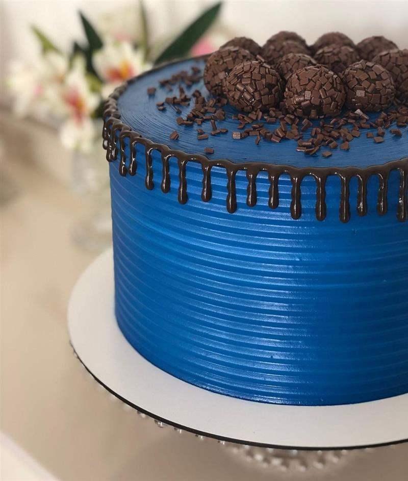 bolo decorado com docinhos