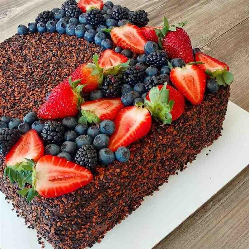 bolo de chocolate quadrado com frutas vermelhas