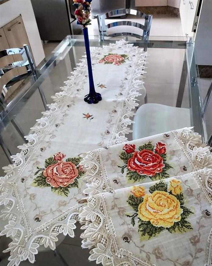 caminho de mesa bordado