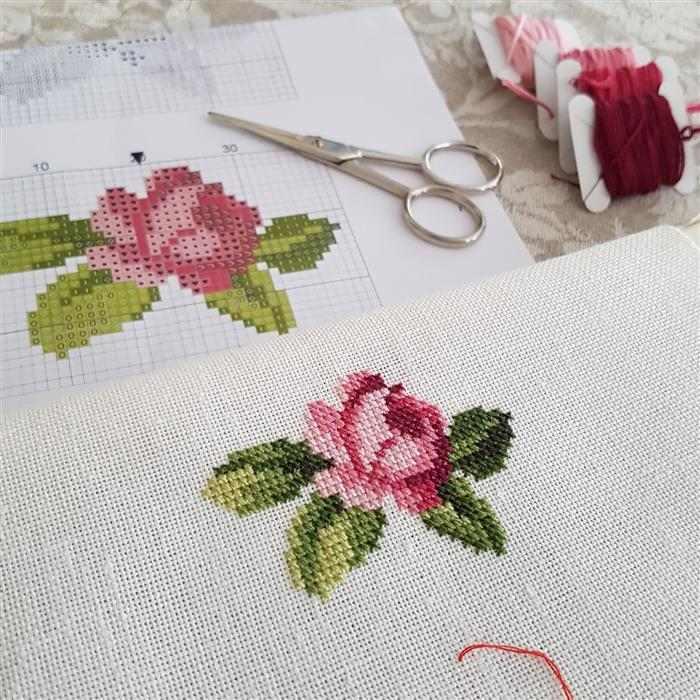 rosas em ponto cruz para toalha de rosto