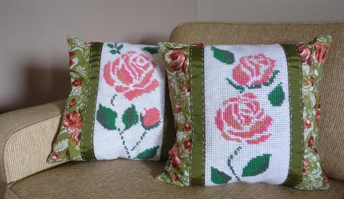 almofadas com ponto cruz de flores