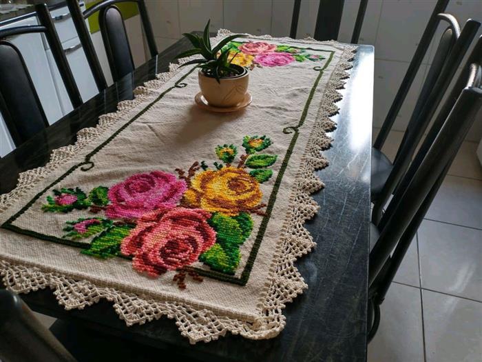 rosas em ponto cruz para caminho de mesa