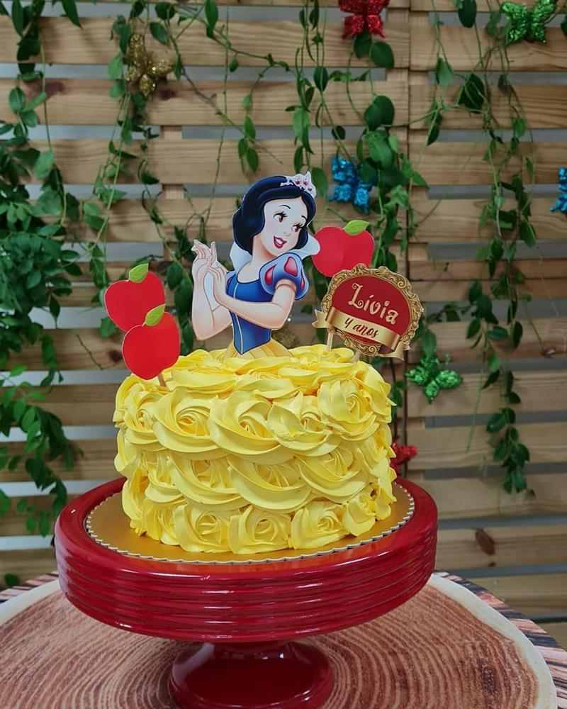 bolo Branca de Neve amarelo