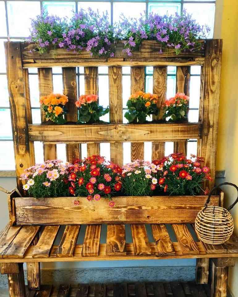 floreira de pallet com flores coloridas